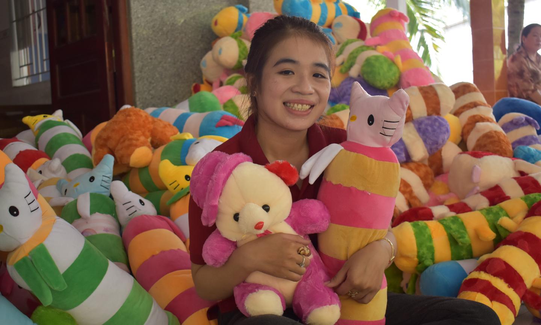 Chị Thảo khởi nghiệp thành công với cơ sở sản xuất thú nhồi bông.