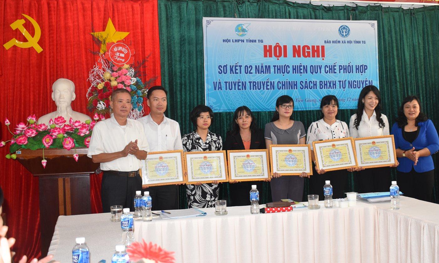 BHXH tỉnh tặng giấy khen cho 6 đơn vị