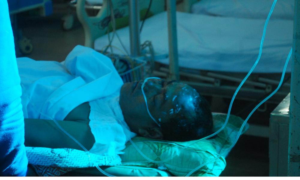Ông Mười Hai nằm cấp cứu tại bệnh viện.