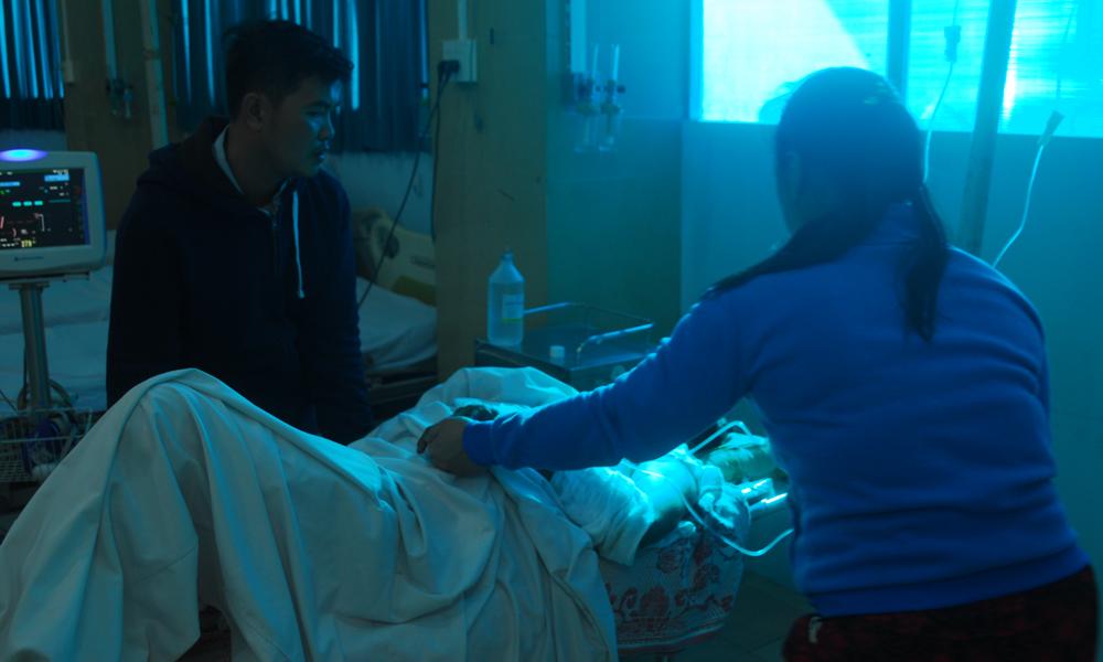 Người nhà ông Mười Hai chăm sóc nạn nhân ở Bệnh viện Đa khoa Trung tâm Tiền Giang trước khi chuyển lên Bệnh viện Chợ Rẫy.