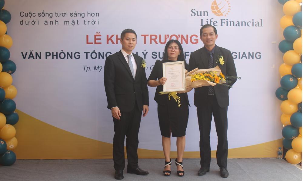 Trao giấy chứng nhận thành lập Văn phòng Tổng đại lý Sun Life - Tiền Giang.