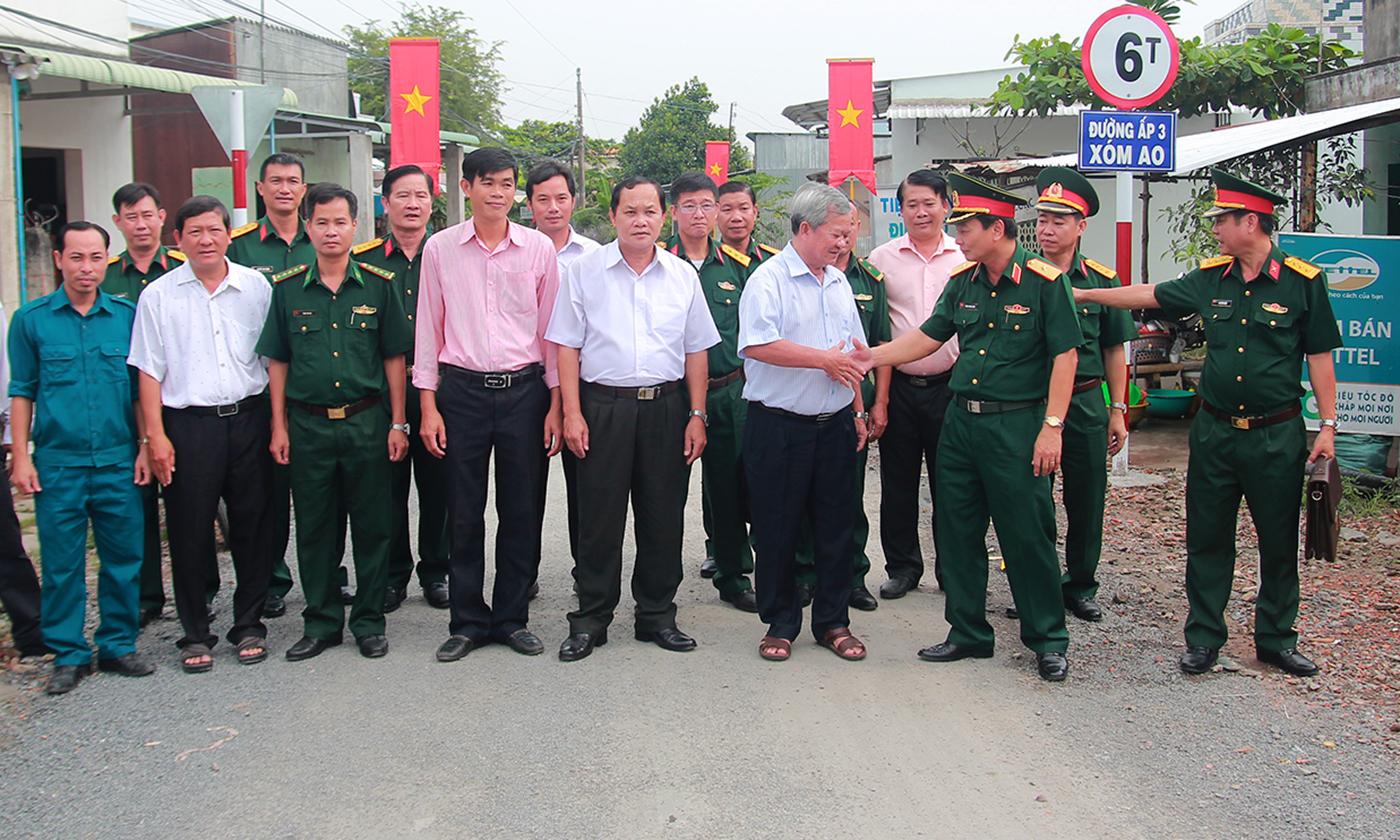 Thiếu tướng Đoàn Thanh Xuân chúc mừng huyện Gò Công Đông tại buổi Lễ bàn giao.