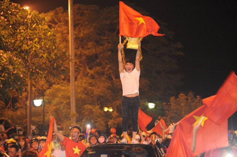 Tổng hợp hình ảnh, clip đi bão chất nhất, đẹp nhất Mỹ Tho mừng Việt Nam vô địch AFF Cup 2018