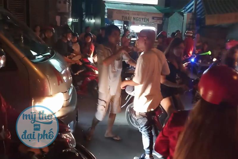 Xe cấp cứu suýt bị chặn đánh trong đoàn đi bão AFF Cup 2018 tại Mỹ Tho, Tiền Giang