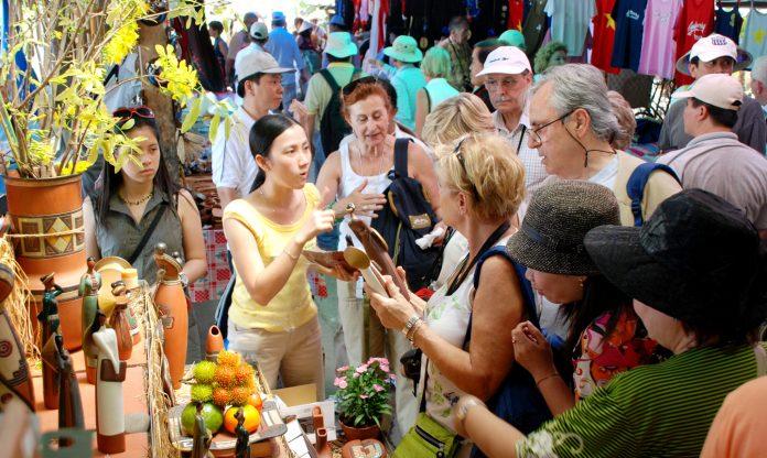 Du khách tham quan tại một điểm du lịch ở huyện Cái Bè.                            Ảnh: VÕ NGUYÊN PHÚ