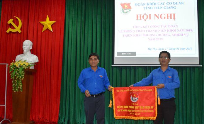 Đoàn khối các cơ quan tỉnh nhận Cờ thi đua của Tỉnh đoàn