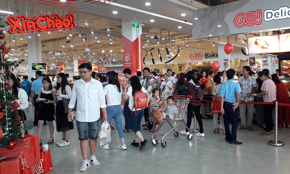 Tại Trung tâm thương mại Big C Go, qua ghi nhận, lượng khách đến mua sắm rất đông, đặc biệt là lúc chiều tối.