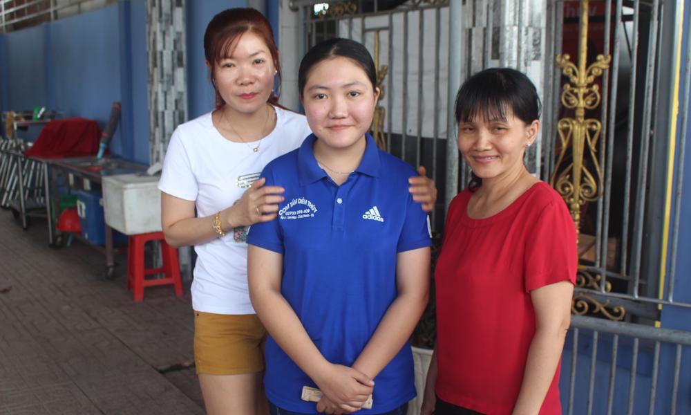 Em Nguyễn Phương Linh (đứng giữa) là người nhặt được chiếc túi xách của Khách để quên.