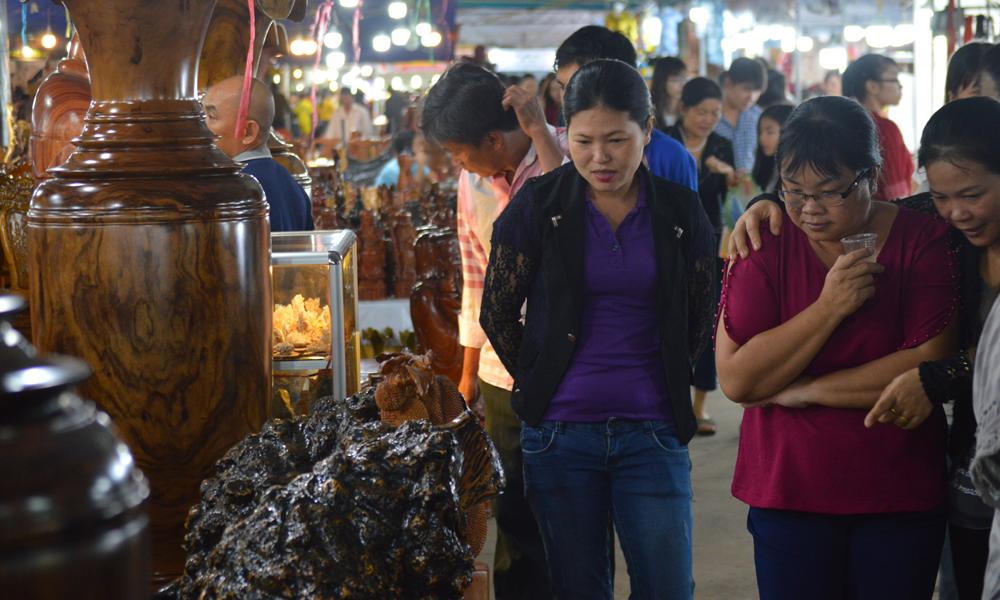Người dân tham quan, mua sắm tại Hội chợ.