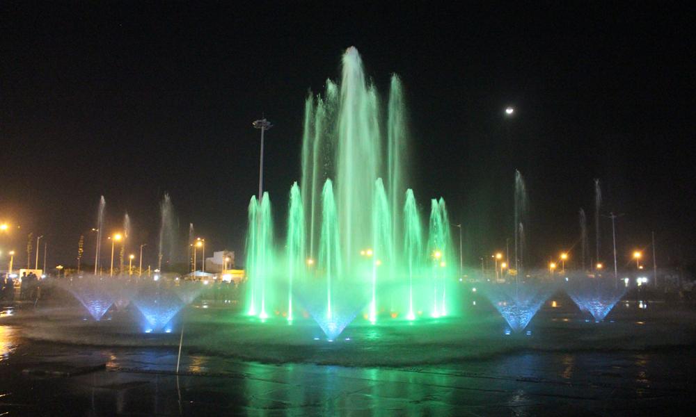 Biểu diễn nhạc nước tại Quảng trường Trung tâm tỉnh.