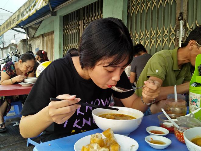 Ăn bánh canh cua đồng, người Sài Gòn 'bất ngờ' vì đặc sản miền Tây - ảnh 4