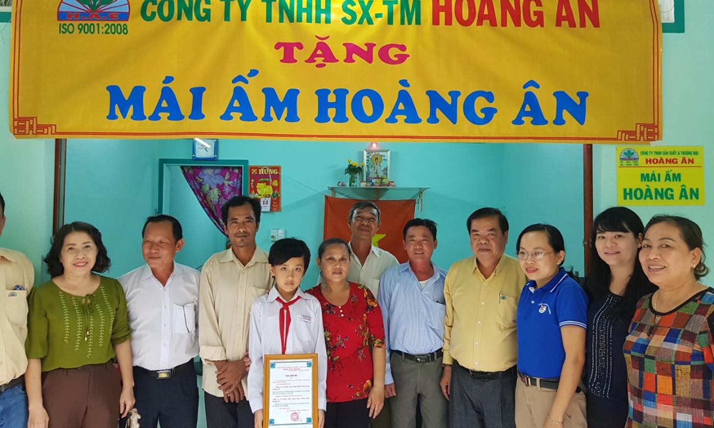 Lễ trao nhà Đại đoàn kêt cho hộ nghèo xã Nhị Bình.