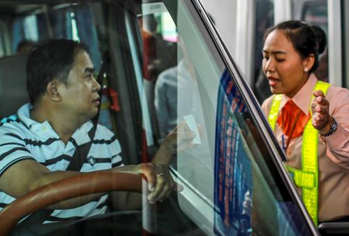 Tài xế tranh cãi với nhân viên BOT Cai Lậy về giá vé qua trạm thu phí tháng 8-2017. Ảnh: Nguyễn Thành