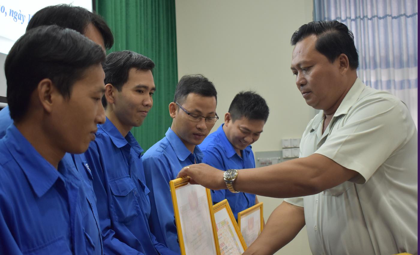 Đồng chí Võ Văn Dũng trao bằng khen của Tỉnh đoàn cho các tập thể, cá nhân