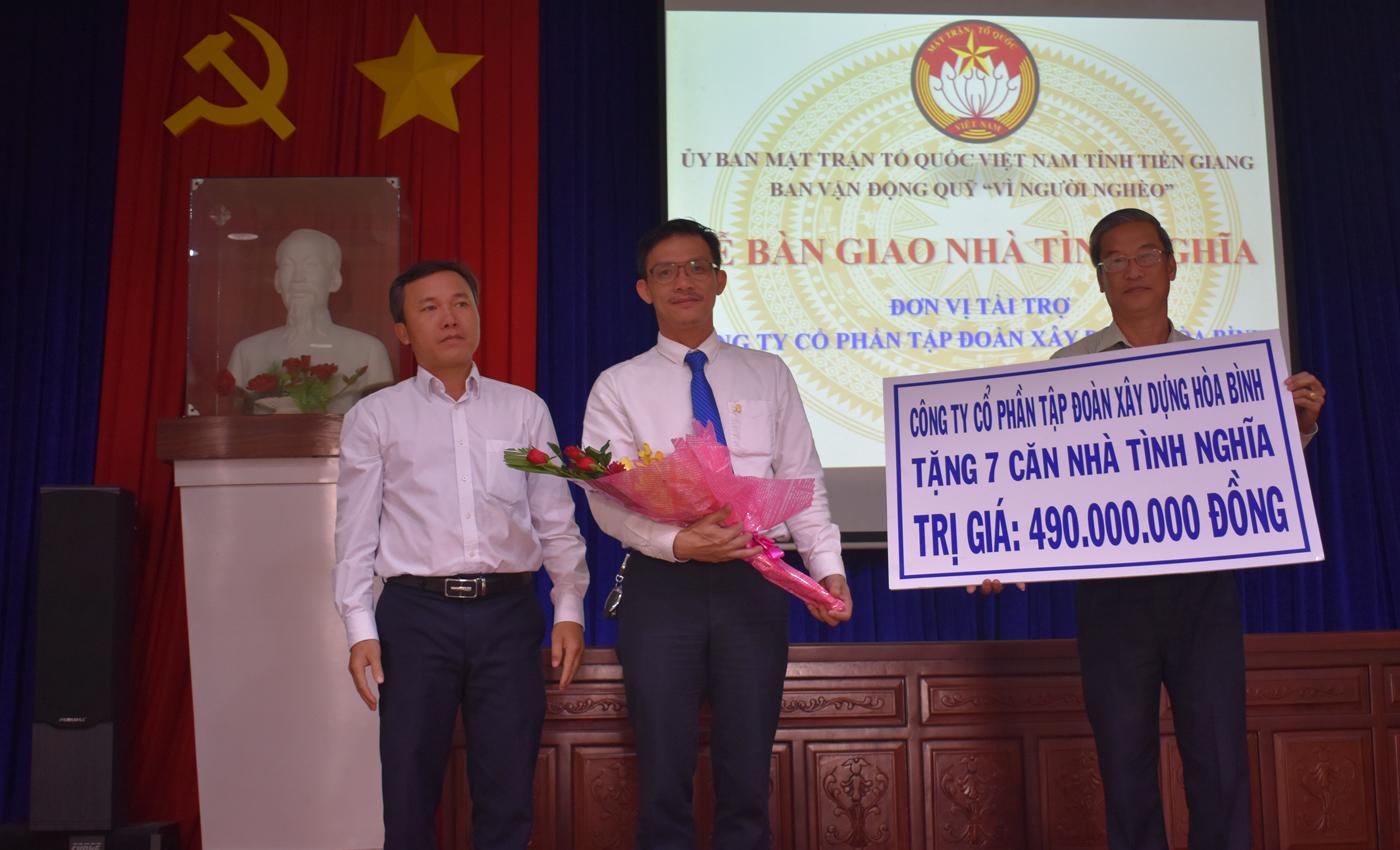 Ủy ban MTTQ tặng hoa cho công ty