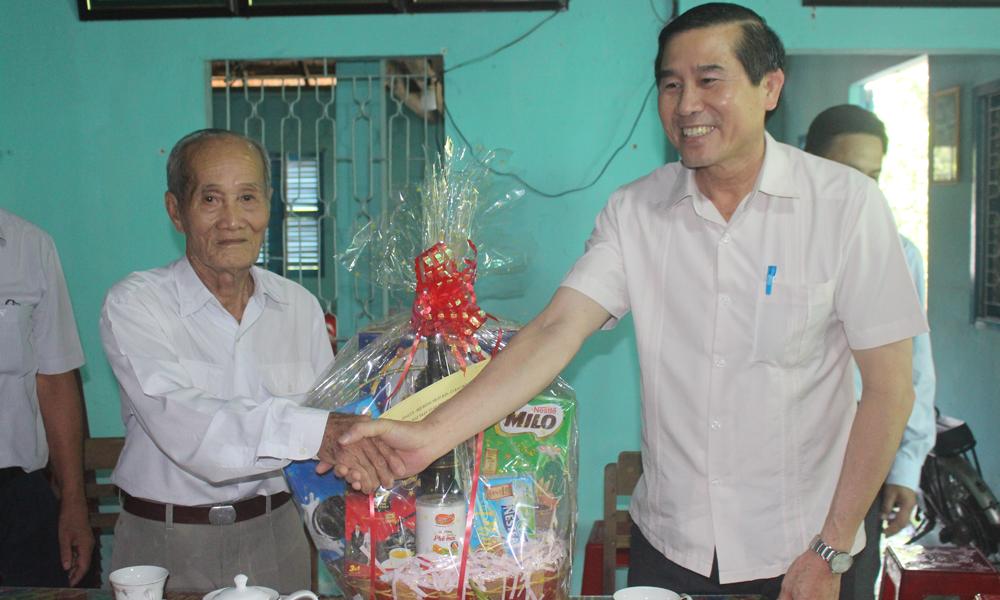 Đồng chí Lê Văn Hưởng thăm và chúc tết ông Nguyễn Văn Đô.
