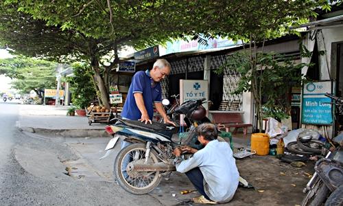 Ông lão sửa xe đã 66 tuổi nhưng vẫn luôn nhận được sự tin tưởng của khách hàng. Nhiều người gắn bó với ông từ những buổi đầu mới bước vào nghề, đến nay con cháu của họ cũng là khách hàng của ông hoặc có chuyển đi xa cũng chạy nhiều km để tìm đến tiệm sửa xe của ông Long.