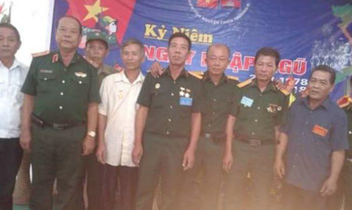 Anh Nguyễn Bá Tùng (đứng thứ 3 từ bên phải qua) họp mặt đồng đội Trung đoàn 10, Sư 339.