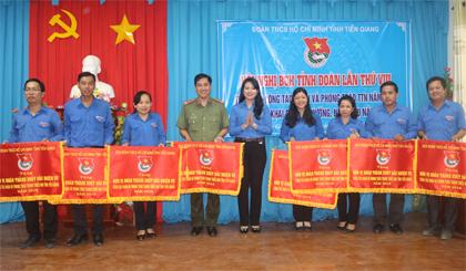 Tỉnh đoàn tặng Cờ thi đua cho các tập thể.