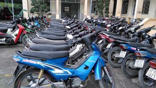Tạm giữ 90 xe máy trong kho của tiệm cầm đồ ở Tiền Giang