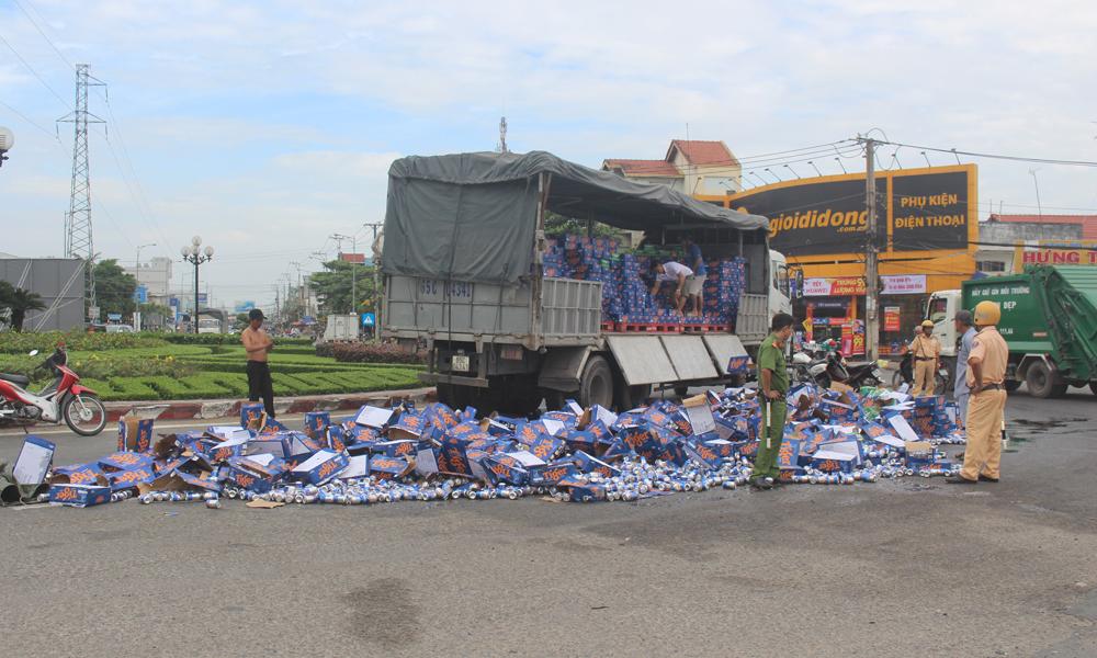 Hiện trường vụ hàng trăm thùng bia đổ xuống đường.