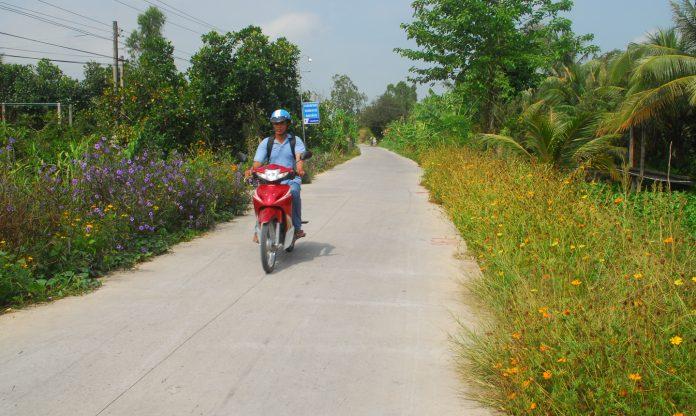 Con đường đạt chuẩn NTM và được trồng hoa 2 bên đường ở huyện Cái Bè.