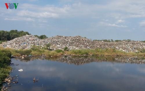 Tiền Giang: Bãi rác 'khủng' có nguy cơ trôi ra biển bất cứ lúc nào