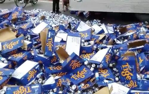 Tiền Giang: Dân giúp tài xế gom hàng trăm thùng bia đổ ra quốc lộ