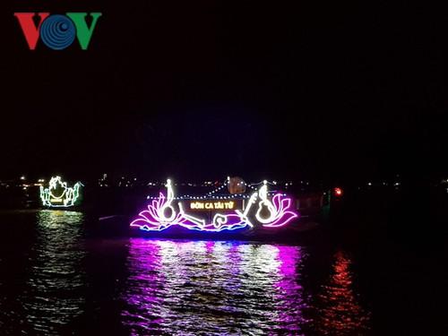 Tiền Giang: Sông Tiền lung linh những chiếc thuyền hoa