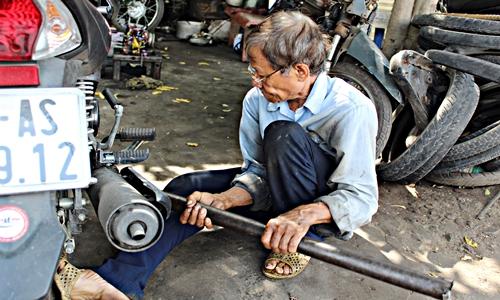 Tinh thần lạc quan giúp ông có sức khỏe tốt, tuổi già nhưng ông vẫn có thể làm hầu hết các công việc nặng nhọc của nghề sửa xe.