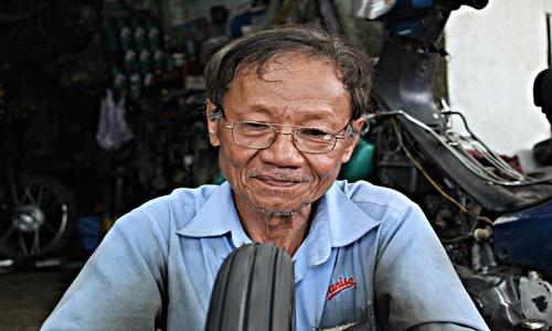 50 năm với biết bao thăng trầm, đổi thay của cuộc sống nhưng ông Long vẫn vậy, cặm cụi làm việc với tinh thần lạc quan, nụ cười luôn nở trên môi giúp ông vơi đi những vất vả, nhọc nhằng của cuộc sống.