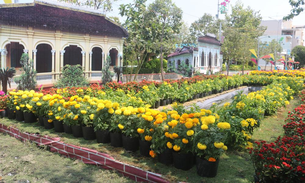 Hình ảnh những ngôi nhà cổ đặc trưng của du lịch Cái Bè chính là  điểm nhấn của Đường hoa Xuân Kỷ Hợi huyện Cái Bè năm nay.