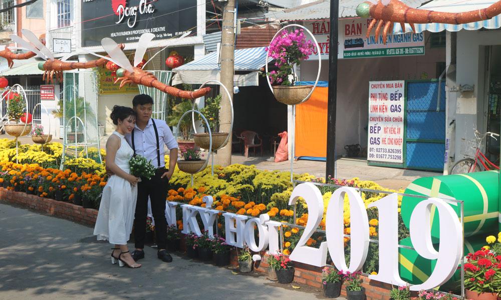 Đường hoa Thị xã Cai Lậy được thiết kế theo phong  cách phố hoa rực rỡ.