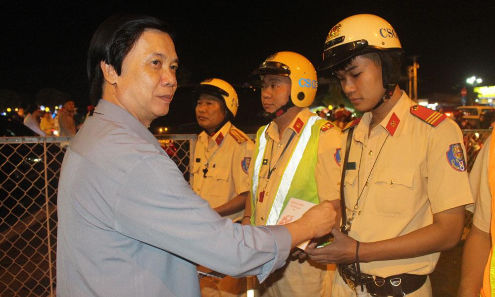 Bí thư Tỉnh ủy Nguyễn Văn Danh tặng quà lực lượng Công an tại Quảng trường Trung tâm tỉnh.