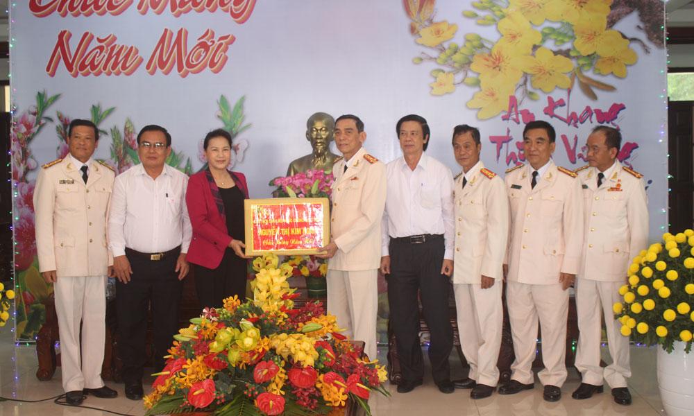 Chủ tịch Quốc hội Nguyễn Thị Kim Ngân tặng quà Công an tỉnh Tiền Giang.