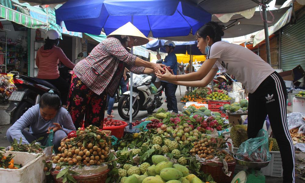 Giá nhiều loại trái cây vẫn còn ở mức cao.