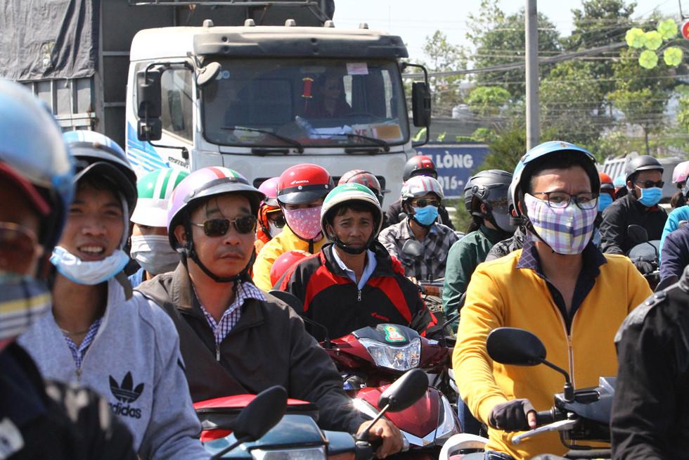 Dòng người miền Tây về lại Sài Gòn làm việc sau Tết ken cứng trên QL 1A - ảnh 17