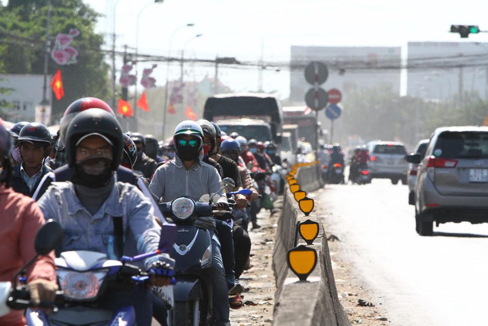Dòng người miền Tây về lại Sài Gòn làm việc sau Tết ken cứng trên QL 1A - ảnh 2