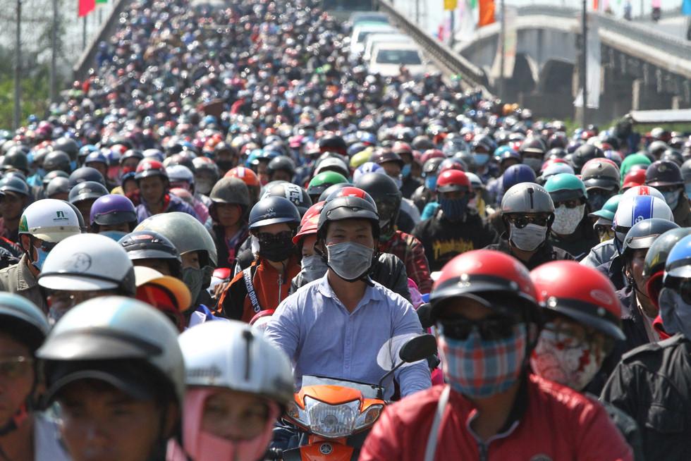 Dòng người miền Tây về lại Sài Gòn làm việc sau Tết ken cứng trên QL 1A - ảnh 12