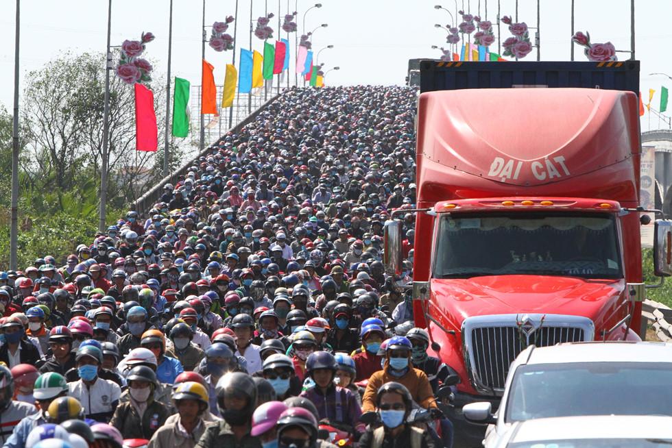 Dòng người miền Tây về lại Sài Gòn làm việc sau Tết ken cứng trên QL 1A - ảnh 14
