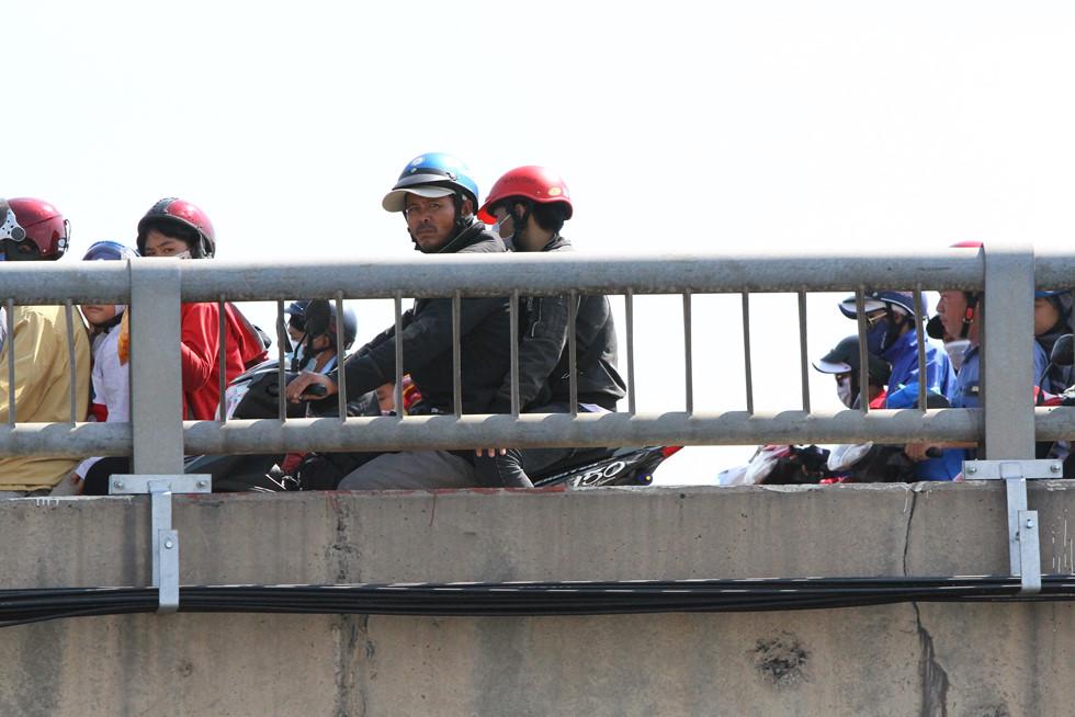 Dòng người miền Tây về lại Sài Gòn làm việc sau Tết ken cứng trên QL 1A - ảnh 9