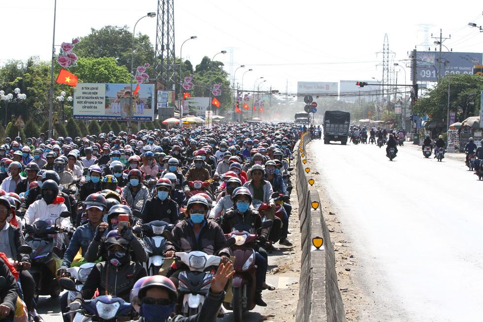Dòng người miền Tây về lại Sài Gòn làm việc sau Tết ken cứng trên QL 1A - ảnh 6