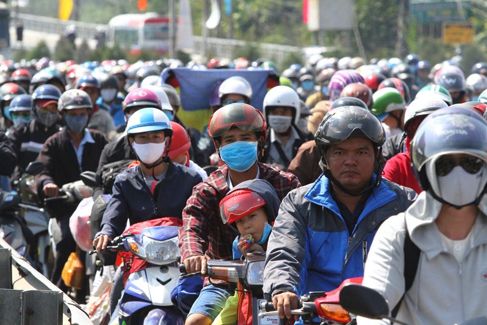 Dòng người miền Tây về lại Sài Gòn làm việc sau Tết ken cứng trên QL 1A - ảnh 13