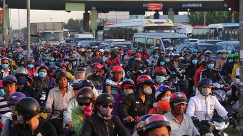 Cầu Rạch Miễu kẹt xe nghiêm trọng, xả trạm thu phí gần 5 tiếng