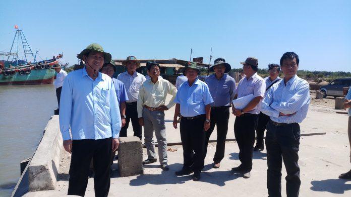 Đồng chí Lê Văn Hưởng (bìa trái) kiểm tra tại Đồng chí Lê Văn Hưởng (bìa trái) kiểm tra khu neo đậu, tránh trú bão cho tàu cá cửa sông Soài Rạp.