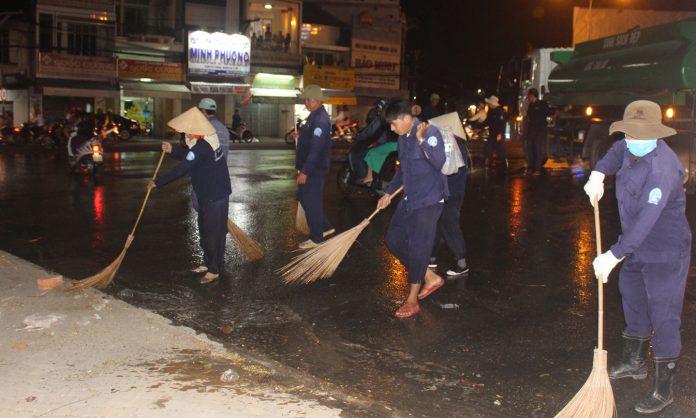 Công nhân quét dọn vệ sinh đường phố trong đêm giao thừa.