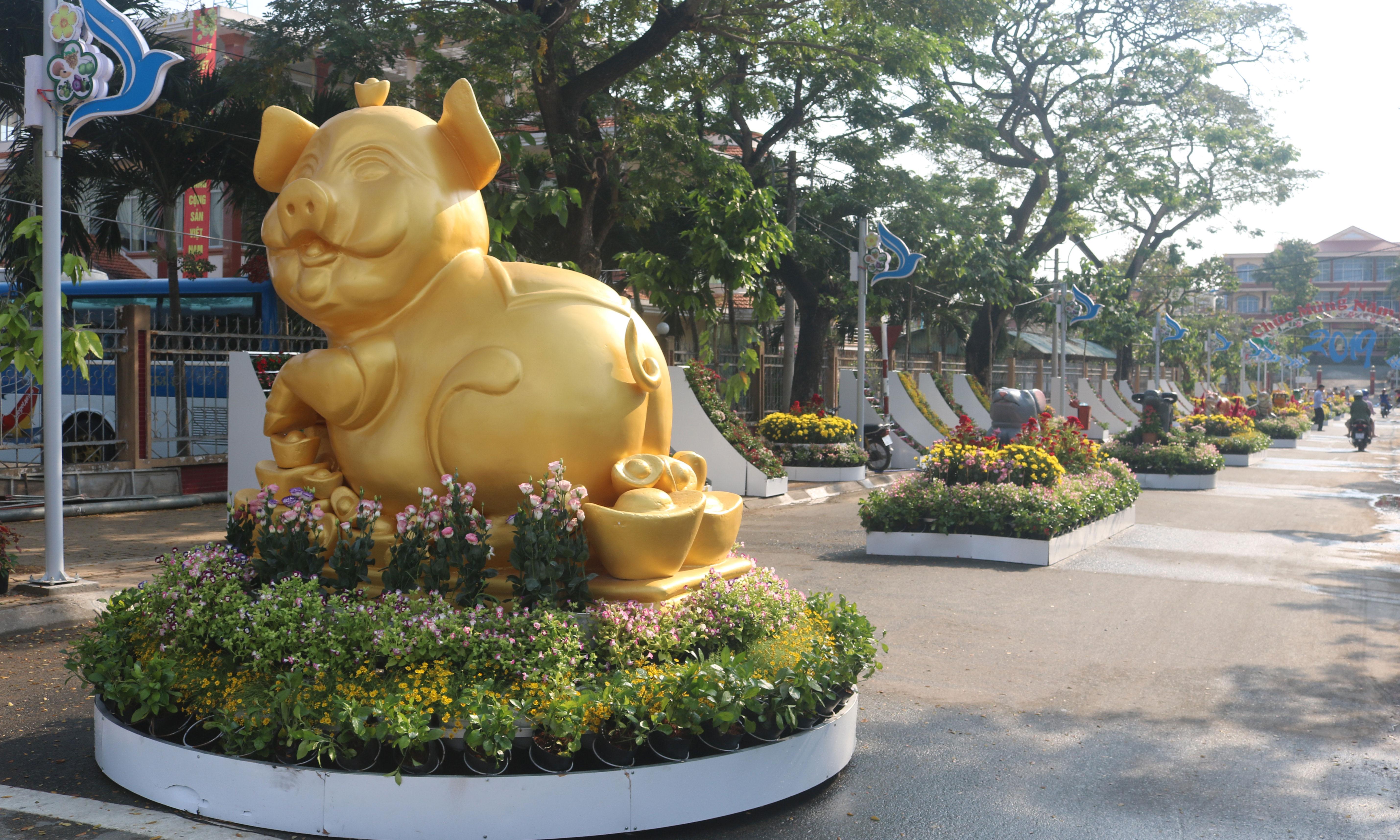 Đường hoa huyện Châu Thành được thiết kế sinh động với hình  tượng 12 con giáp.