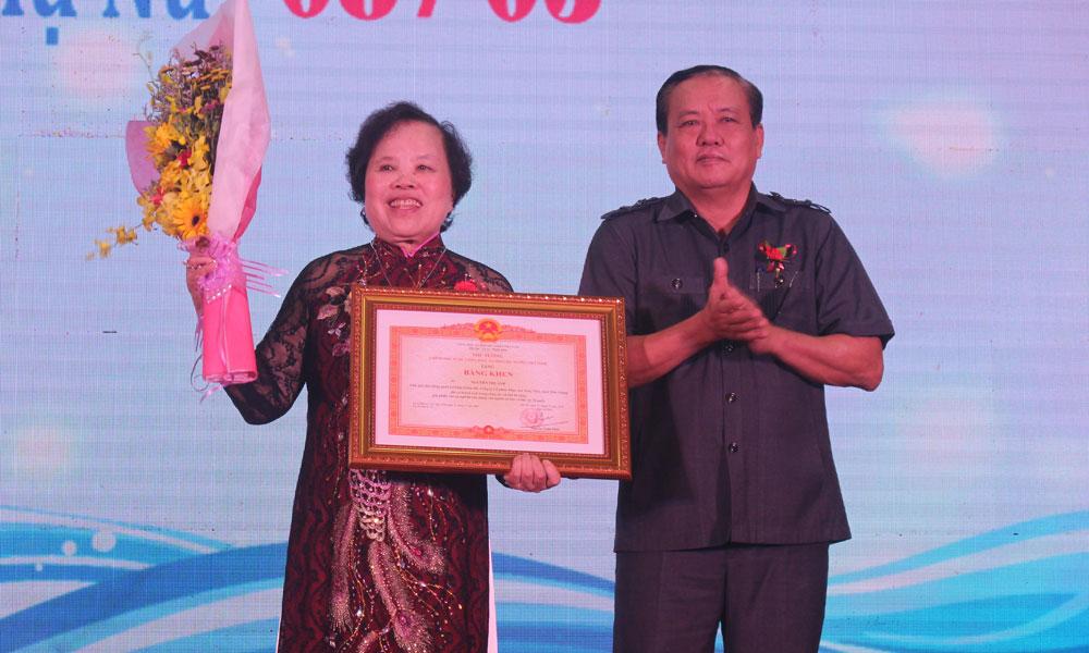 Bà Nguyễn Thị Ánh đón nhận Bằng khen của Thủ tướng Chính phủ.