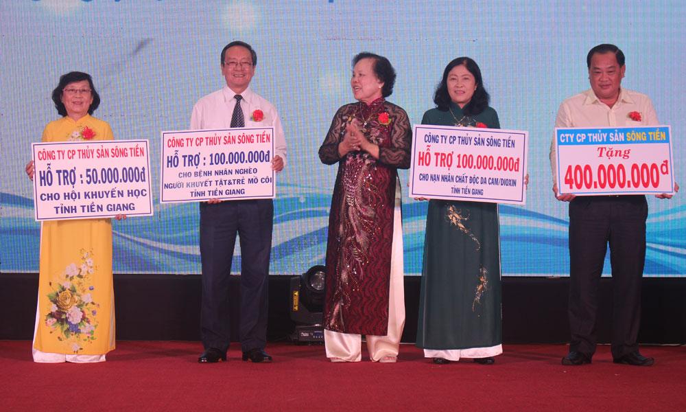 Bà Nguyễn Thị Ánh trao bảng tượng trưng số tiền ủng hộ chương trình từ thiện xã hội cho các đơn vị phối hợp.