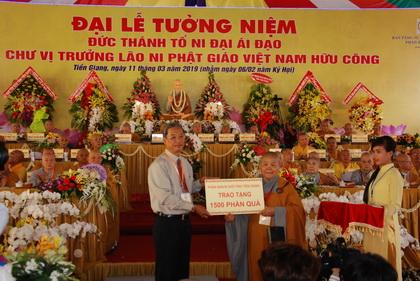 Ni trưởng Nữ Tịnh Nghiêm trao bảng tượng trưng cho ông Huỳnh Văn Hải, Phó Chủ tịch Ủy ban MTTQ tỉnh